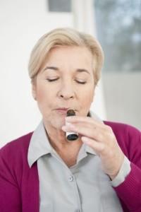 Frau riecht an Aromatherapie Öl
