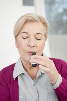 Frau riecht an Aromaöl