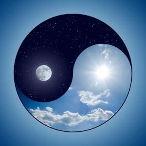Yin & Yang Symbol - Sonniger Tag vs Mondnacht