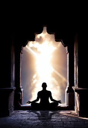 Mensch meditiert im Tempel