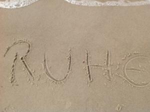 Ruhe in Sand geschrieben.